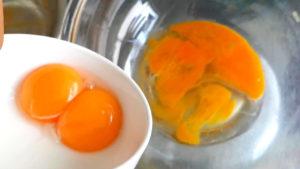 卵黄と卵を混ぜる